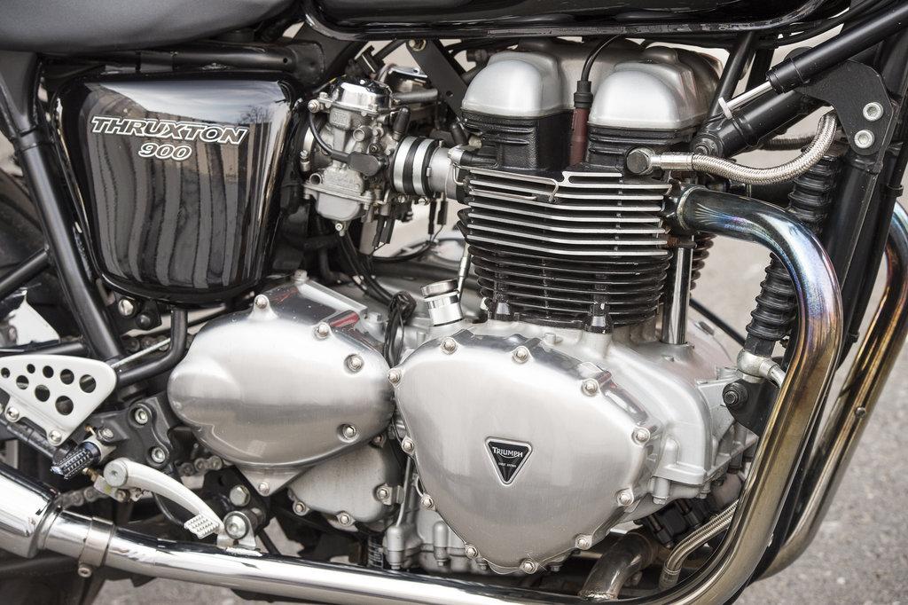 Triumph Thruxton 900 - Motorul preluat de la modelul Boneville.