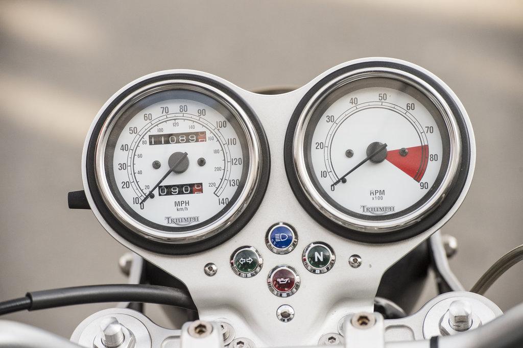 Triumph Thruxton 900 - Bord tipic pentru un cafe-racer.