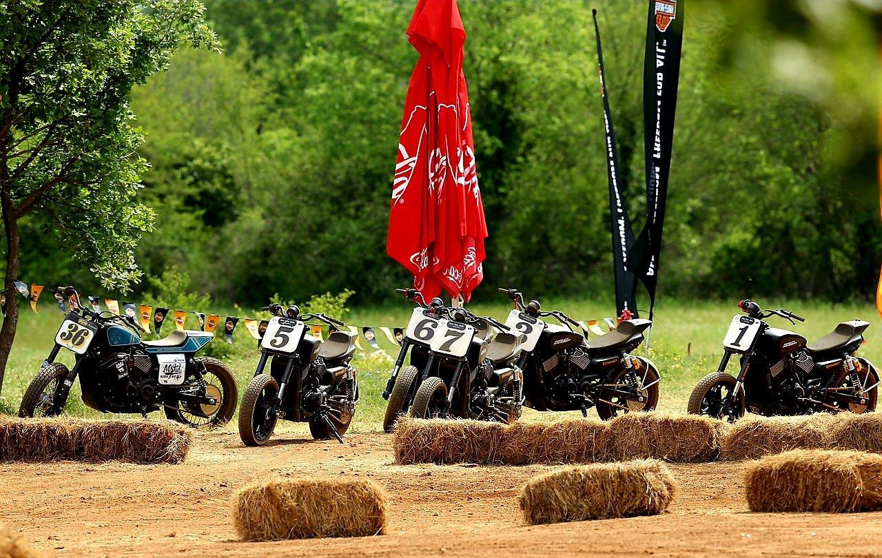 Flota de motociclete Harley-Davidson Street Rod modificate pentru Flat Track