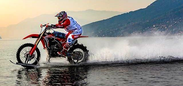 Luca Colombo încearcă să stabilească un nou record de viteză pe apă cu o motocicletă Honda CRF 450R modificată
