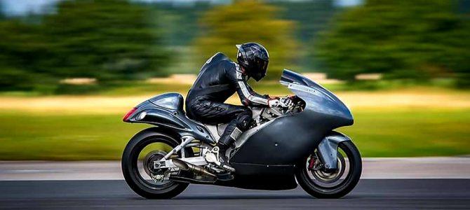 Guy Martin atinge 436 km/h pe o milă cu start de pe locpilotând o motocicletă Suzuki Hayabusa supraalimentată