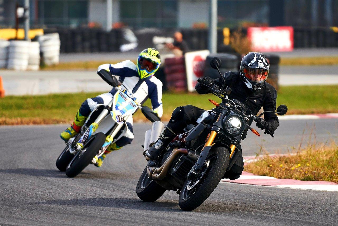 Trei motociclete